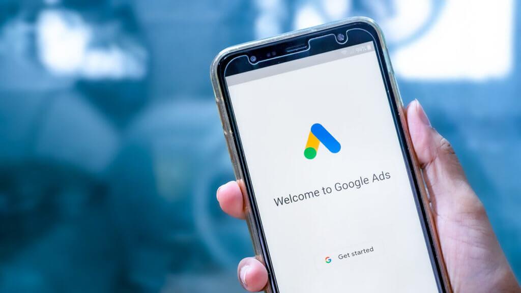 Puhelin, jossa näkyy Google Ads -logo